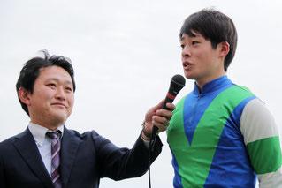 インタビューを受ける渡邊竜也騎手