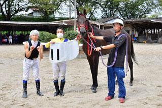 1100勝達成時の池田敏樹騎手(左から2番目)