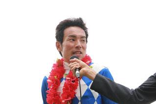 インタビューに答える吉井友彦騎手