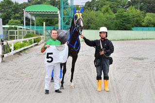 1200勝達成時の筒井勇介騎手(左)