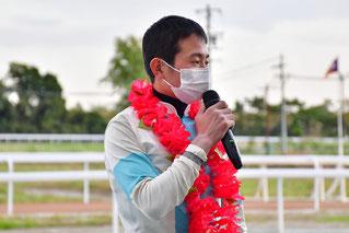 インタビューに答える岩田望来騎手