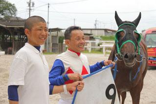 (左から)東川慎 候補生、東川公則騎手、ラブミーボーイ号