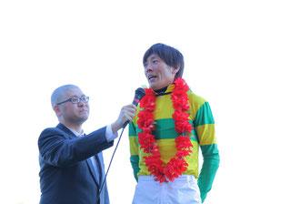 インタビューに答える佐藤騎手