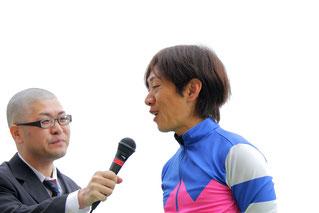 セレモニーでインタビューに答える松本剛志騎手