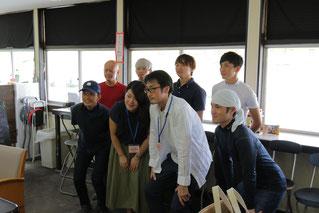 東川公則騎手、筒井勇介騎手も加わって記念撮影