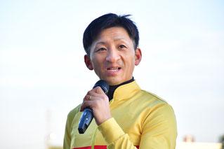インタビューに答える吉村智洋騎手
