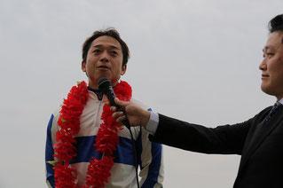 勝利インタビューに答える藤原幹生騎手