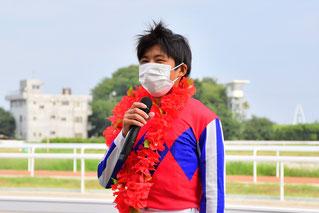 インタビューに答える東川慎騎手