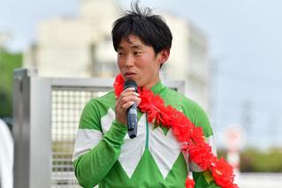 インタビューに答える友森翔太郎騎手