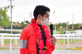 インタビューに答える團野大成騎手