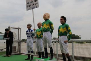 高橋昭平騎手(右から3人目)