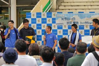 多くのファンが待つ中、M.デムーロ騎手、川又賢治騎手が登場