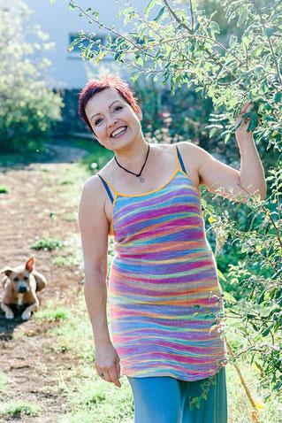Sabine Fölserl liebt kreative Pausen mit Hund im Garten oder bei einen Spaziergang in der freien Natur.