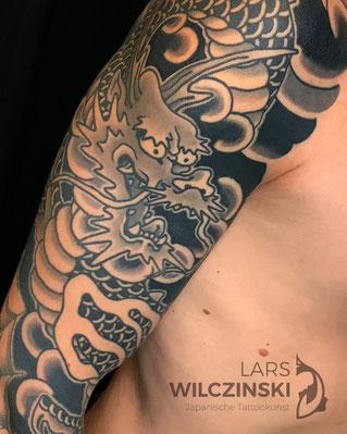 Lars Wilczinski, Tattookünstler, Tattoo-Atelier Berlin, Tattookunst, Japanische Tattoos, Japanese Tattoo, Japantattoo Motiv, Drache, Ryu, schwarz