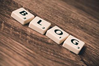 """Scrabble-Steine zeigen """"Blog"""" stellvertretend für Webtexte für Website, Blog, Social Media"""
