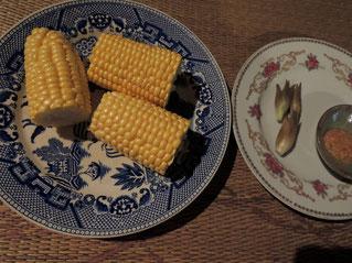 炭火焼は、千屋牛・トウモロコシ・ミョウガ
