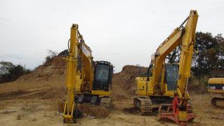 伐採現場の大型重機のハサミとレーキ