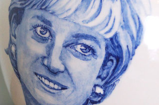 Unieke-handbeschilderde-urnen-Urn-met-portret-Delfts-Blauw-Persoonlijke-Urnen-Bijzondere-Urnen-Handgemaakte-Urnen-Urn-laten-maken-Urn-laten-beschilderen-persoonlijke-urn-maatwerk-urn-maatwerk-urnen-speciale-urnen-handgeschilderde-urnen-handgemaakte-urnen