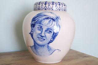 Unieke-handbeschilderde-urnen-Urn-met-Portret-Delfts-Blauw-Persoonlijke-Urnen-Bijzondere-Urnen-Handgemaakte-Urnen-persoonlijke-Urn-laten-maken-persoonlijke-Urn-laten-beschilderen-maatwerk-urnen-speciale-urnen-handgeschilderde-urnen-voor-thuis-mooie-urn