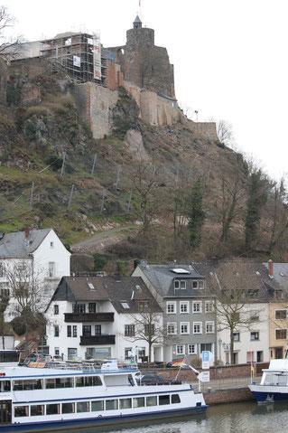 Blick vom Saarufer auf die Burg