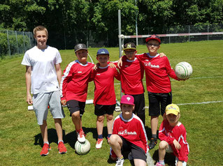 Dennacher U10-Teams mit Co-Trainer Simon