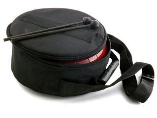"""Chaque instrument est livré avec une housse """"matelassée et une paire de baguettes (embout caoutchouc)"""