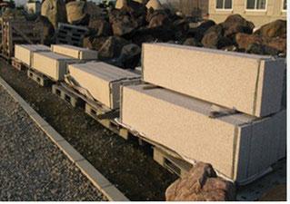 リサイクル素材: 解体された石塀を切断し、薄く2枚にし、天面は滑らないように加工した板石などをご用意しております。