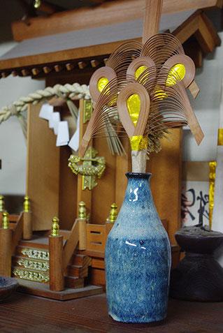 神棚の御酒口にも海鼠釉の器が使われていました