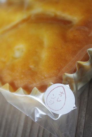 お菓子の個包装に使われる素材シール。これもハンコで作られています