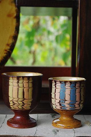 豊かな配色ながら、落ち着いた佇まいのスリップウェア模様のカップ。ワインも似合いそうです
