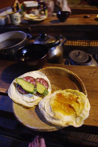 前回も戴いた、南部煎餅の柔らか生地に具を載せたもの。この生地の食感が好きです