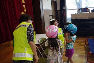 自転車用のヘルメットも自分でかぶれるかな?            交通安全ボランティアの方がお手伝いしてくださいました。