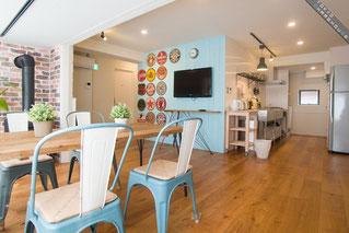 シェアハウスの、水色と白を基調としたアメリカン風居間