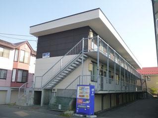 地下車庫の3階建てアパートの外壁をツートンに塗り替え大規模修繕した