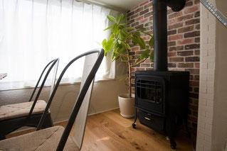 シェアハウスの、居間に薪ストーブがある