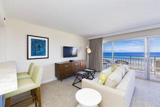 白いソファーが置いてあり、海が見渡せる居間
