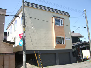 地下車庫の3階建てアパートの外壁を黄色に塗り替え大規模修繕した