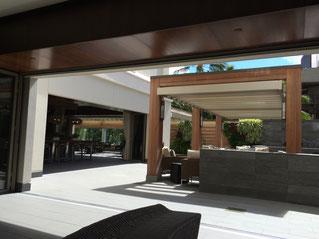 ハワイの、一般住宅居間からテラスまで、オープンに床続きになっている写真