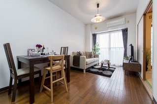 細長い居間に家具を配置し、斜めしたから撮影