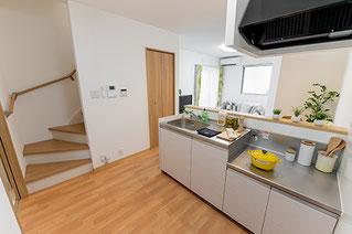 キッチンの奥から、階段が写る様に斜め上から撮影