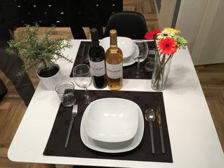 食卓テーブルにランチョンマットをひき、花等を飾りレストラン風にした