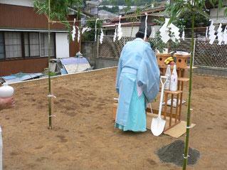 地鎮祭の祭壇を準備する神主さん