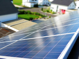 Blickrichtung Hof über ein Solarpanel