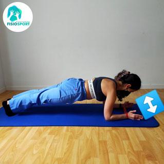 Versión B: algo más digfícil, igual que A pero haciendo la plancha normal. Es importante mantener las paletillas separadas y activas durante todo el ejercicio!