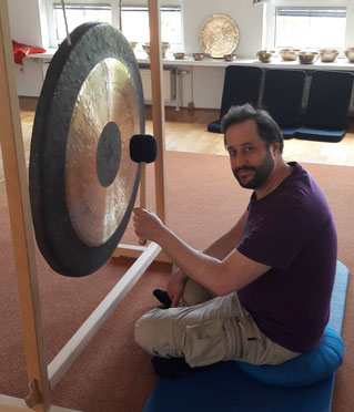 Gong, sound healing, singing bowl, Urs Luger, playing Gong