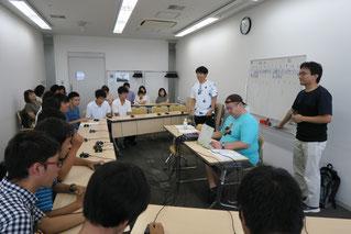 浦和高校1年チームvs川越高校1年チームの対戦。AQL2018埼玉リーグではジュニアビギナーリーグとして、初心者チーム限定のリーグ戦も行われました。司会はテレビ等でも活躍する伊沢拓司(AQL副会長)。
