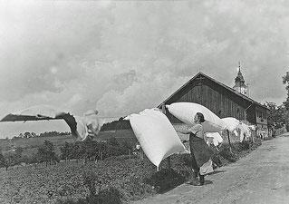 1935 Bäckerei Grüneis: Alte Fotos zeigen einen Wäscheplatz vor dem Haus ....