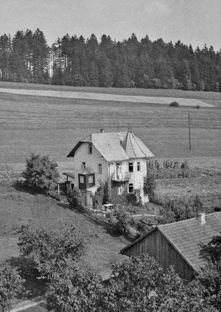 """1937 Rausch-Villa mit einem """"Lichtmasten"""" als Zeugen der Elektrifizierung."""