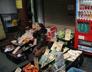 定休日のお店の前で野菜販売
