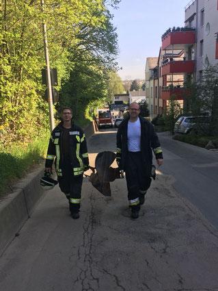 Kay Simon und Tobias Meffert mit der explodierten Gasflasche